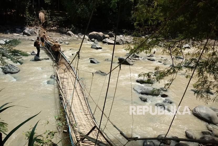 Kondisi jembatan bambu di tempat wisata alam Penangkaran Rusa Cariu, Kabupaten Bogor, Selasa (2/1). Jembatan yang merupakan satu-satunya akses ke tempat wisata ini ambruk pada Senin (1/1) sekira pukul 15.00 WIB.