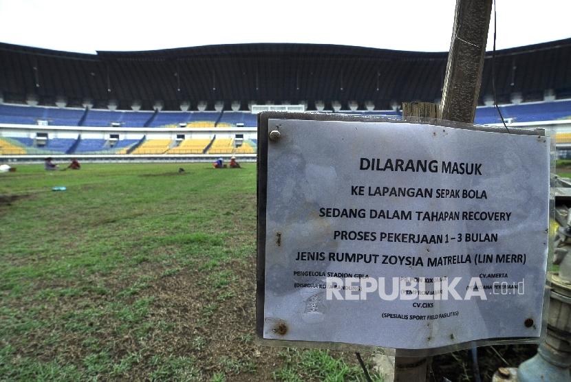 Kondisi lapangan yang masih diperbaiki di Stadion Gelora Lautan Api, Jl Gedebage, Kota Bandung, Senin (28/11).