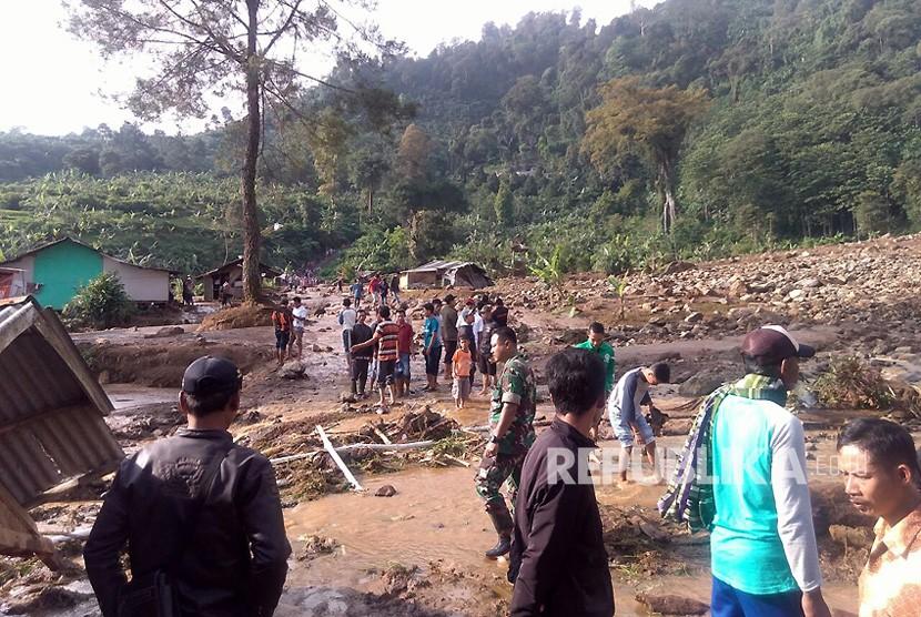 Kondisi longsor dan banjir di Kecamatan Sukamakmur, Kabupaten Bogor yang terjadi Sabtu (7/4) malam