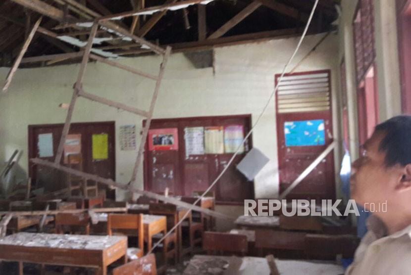 Kondisi plafon kelas 1 SDN Sukasari 01 Kecamatan Rumpin, Bogor, Senin (13/11). Kondisi ini membuat siswa harus berbagi kelas dengan murid kelas 6 SD.