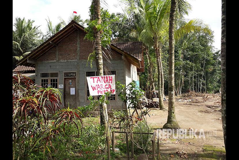Kondisi rumah-rumah masyarakat yang masih bertahan menolak penggusuran pembangunan New Yogyakarta International Airport di Desa Palihan, Kabupaten Kulonprogo, DIY, Rabu (6/12) pagi.