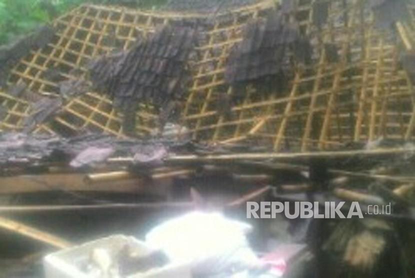 Kondisi satu rumah yang tertimpa pohon tumbang di Desa Hargobinangun, Kecamatan Pakem, Kabupaten Sleman, DIY.  Rumah yang tertimpa pada Selasa (9/1) sore sekitar pukul 16.15 WIB  itu sendiri merupakan milik keluarga Saryono. Rabu (10/1).