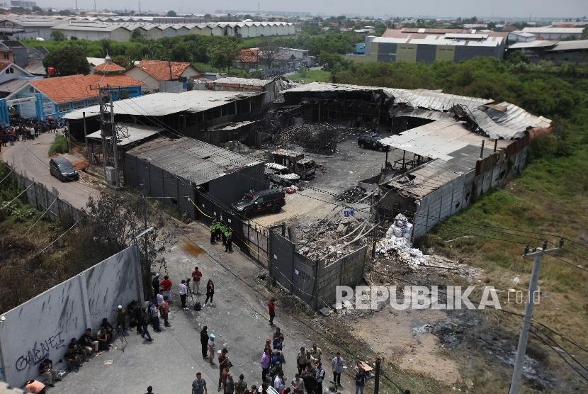 Kondisi suasana pascaledakan di pabrik produksi kembang api, Jalan Salembaran, Desa Belimbing, Kecamatan Kosambi Kabupaten Tangerang, Banten, Jumat (27/10).