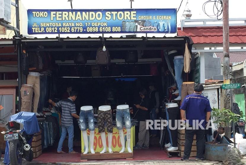 Kondisi terkini Toko Pakaian Fernando yang dijarah geng motor bernama Geng Jepang, kerugian ditaksir mencapai Rp 13 juta, Selasa (26/12).