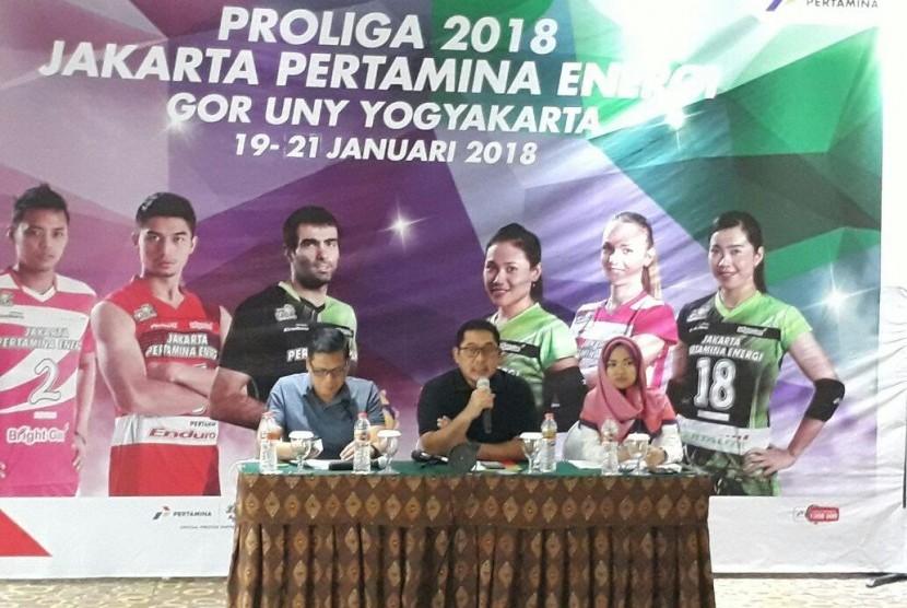 Konferensi pers putaran pertama Proliga 2018 di Hotel Novotel Yogyakarta, Jumat (12/1). Konferensi pers dihadiri GM Pertamina Marketing Operation Region IV Yanuar Budi Hartanto (tengah).