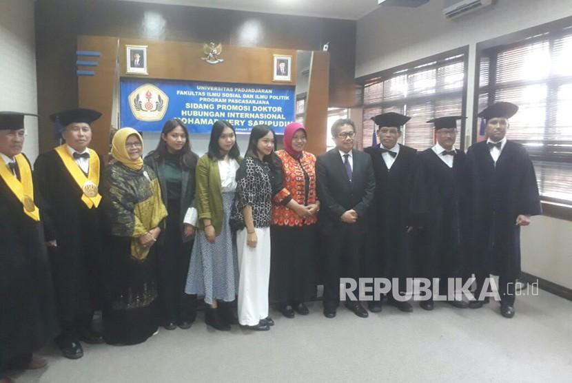Konsul Jenderal RI di Konsulat Jenderal Kementerian Luar Negeri (Kemenlu) di Jeddah, Arab Saudi, Mohamad Hery Saripudin berhasil meraih gelar doktor di Universitas Padjajaran (Unpad) Bandung, Jumat (12/1).