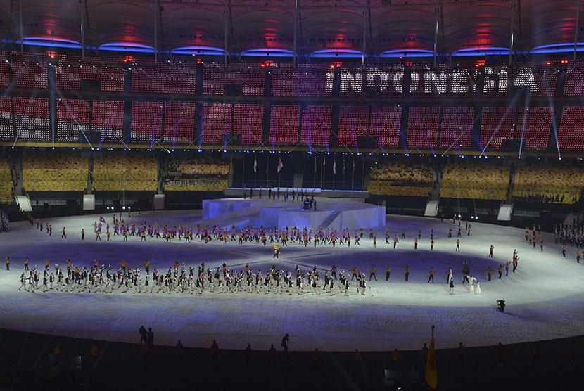 Kontingen indonesia mengikuti devile pembukaan SEA Games XXIX di Stadion Bukit Jalil, Malaysia, Sabtu (19/8