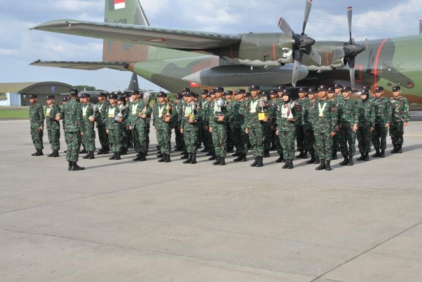 Kontingen Lomba Tembak TNI AD yang berjumlah 62 orang tiba di Lanud Halim Perdanakusuma, Jumat (24/11)