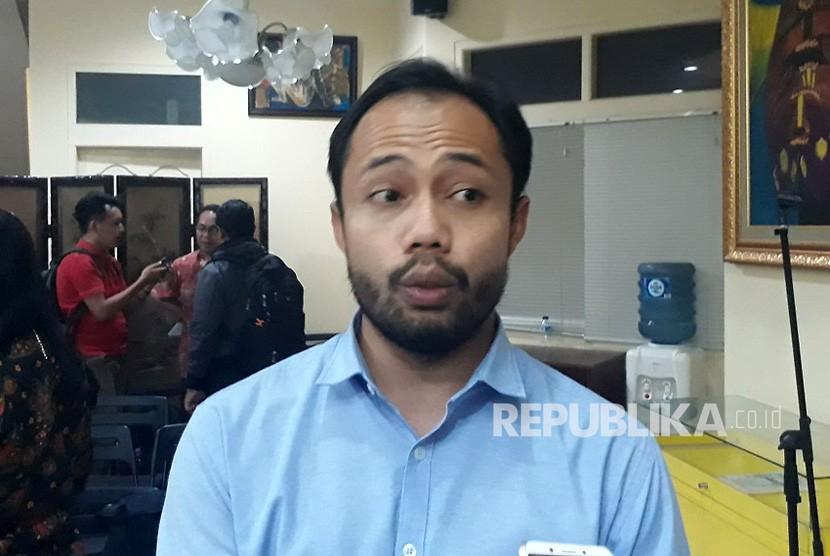 Koordinator Divisi Politik ICW Donal Fariz memberikan pemaparan terkait UU MD3, jumat (23/2).