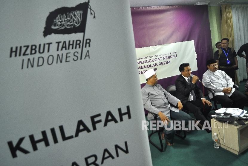Koordinator Kuasa Hukum pembela HTI Yusril Ihza Mahendara (tengah) memberi keterangan kepada awak media didampingi Ketua Umum Hizbut Tahrir Indonesia (HTI) Rokhmat S Labib (kiri) dan Jurubicara HTI Muhammad Ismail Yusanto (kanan) saat menggelar konferensi pers di kantor DPP Hizbut Tahrir Indonesia (HTI), Jakarta, Rabu (12/7) malam.