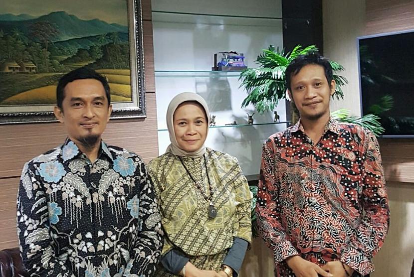 Koordinator Nasional Gerakan Nusantara Berkemajuan, Ikhwansyah Nasution (kiri) bersama Sekretaris Jenderal Gerakan Nusantara Berkemajuan Bob Febrian (kanan) dan Direktur Sejarah Kementerian Pendidikan dan Kebudayaan Triana Wulandari (tengah).