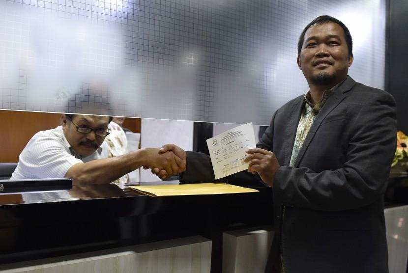Koordinator Perkumpulan Masyarakat Anti Korupsi Indonesia Boyamin (kanan) menyerahkan laporan dugaan pelanggaran etik oleh Wakil Ketua DPR Fadli Zon terkait penundaan pemeriksaan Setya Novanto ke Mahkamah Kehormatan Dewan (MKD), Kompleks Parlemen Senayan, Jakarta, Rabu (13/9).