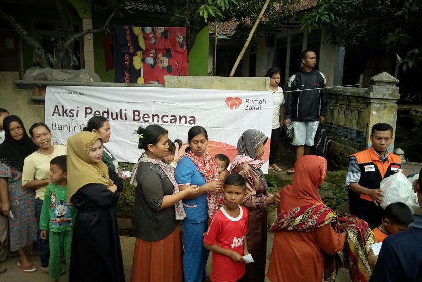 Korban banjir bandang di Malangbong Garut mendapat bantuan dari Rumah Zakat.