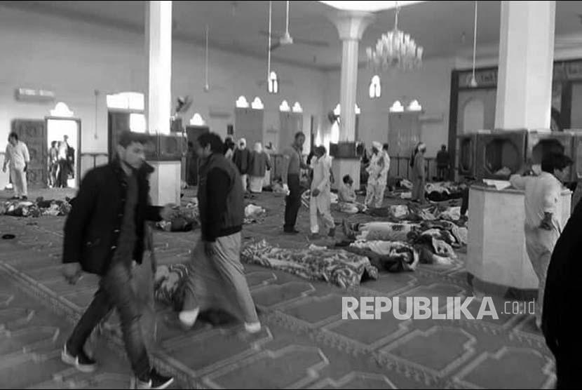 Korban bom dan penembakan bergelimpangan di sebuah masjid dekat Kota Arish, Semenanjung Sinai, Mesir, Jumat (24/11).