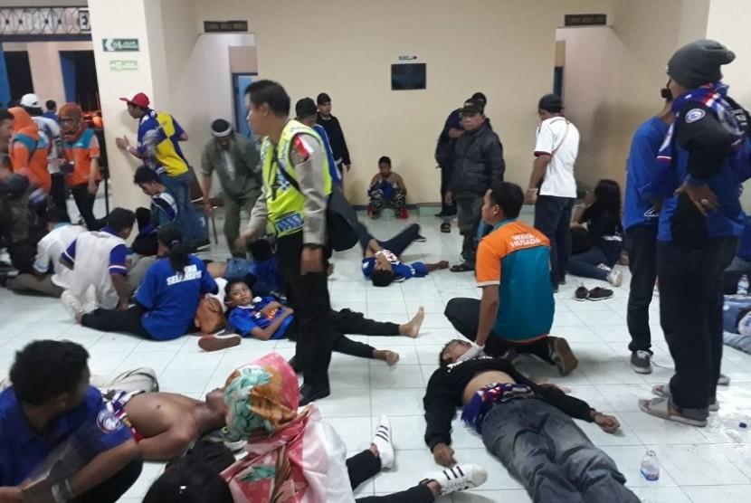 Korban kericuhan penonton pada pengujung laga Arema FC kontra Persib Bandung terkapar di Stadion Kanjuruhan Malang, Ahad (15/4).