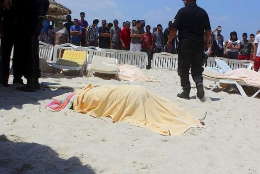 Korban penembakan di sebuah resor di Sousse, Tunisia, Jumat (26/6).