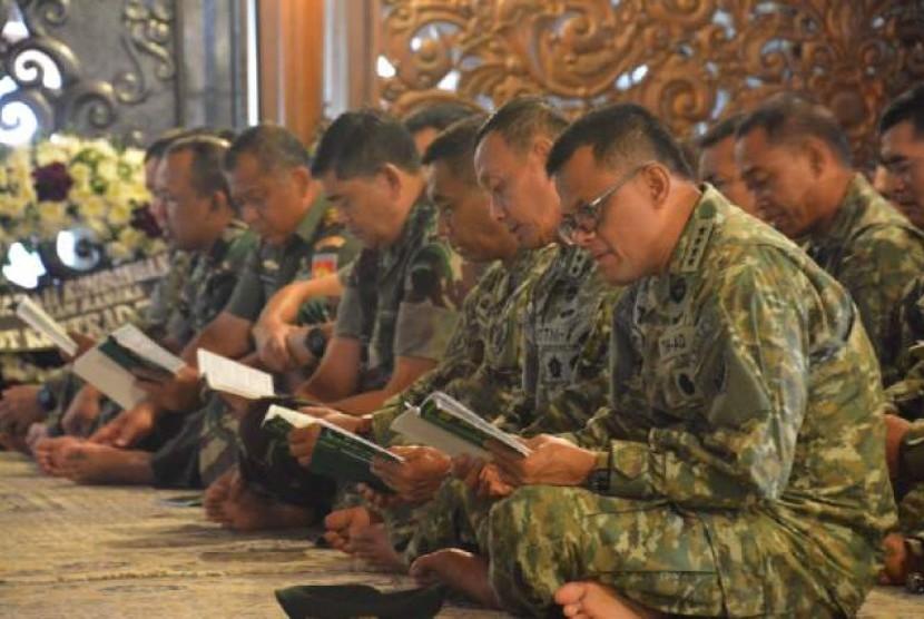 KSAD Jenderal Gatot Nurmantyo didampingi Panglima Kostrad Letjen Mulyono di makan Soeharto.