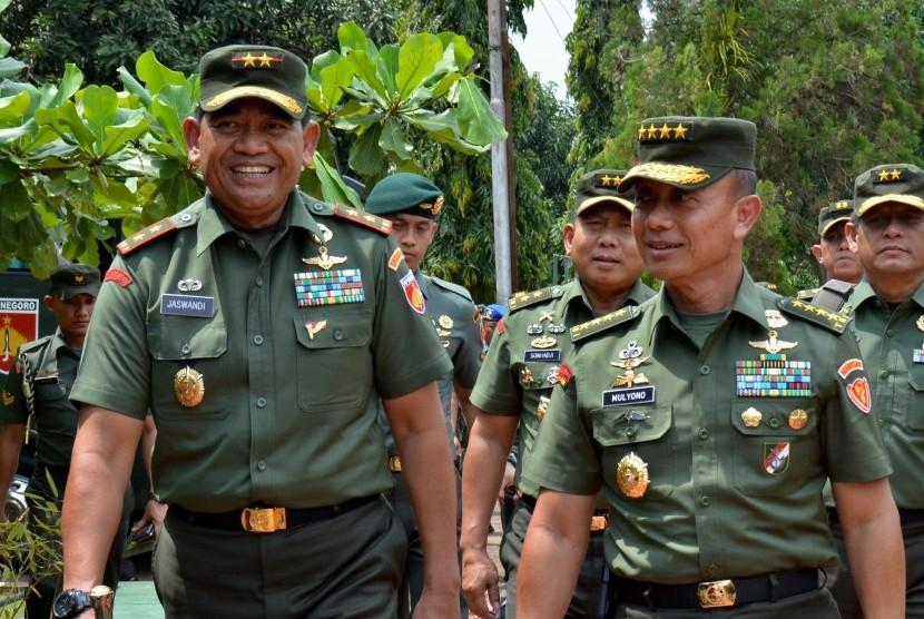 Kepala Staf TNI Angkatan Darat Jenderal TNI Mulyono (depan, kanan).