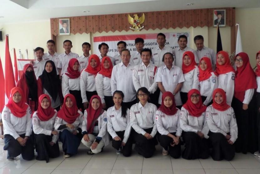KSR BSI berfoto bersama Ketua PMI Jakarta Barat, Baharuddin.