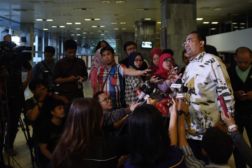 Kuasa hukum Ketua DPR Setya Novanto, Firman Wijaya (kanan) menjawab pertanyaan wartawan usai bertemu dengan Setya Novanto di Kompleks Parlemen Senayan, Jakarta, Kamis (10/12).