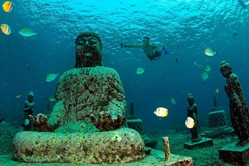 Kuil Pemuteran yang bisa ditemui di bawah laut pesisir Teluk Pumeteran, Bali.