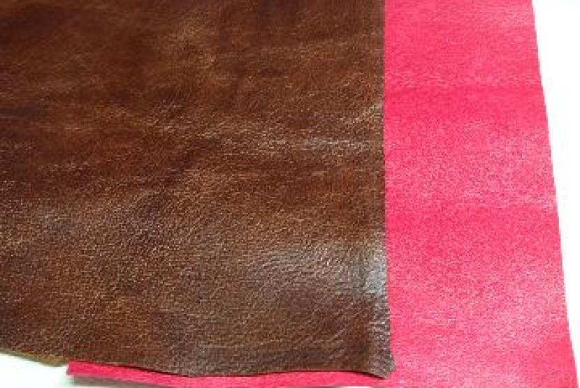 Kulit babi yang telah diolah dengan bahan lain siap untuk dijadikan sepatu atau tas.