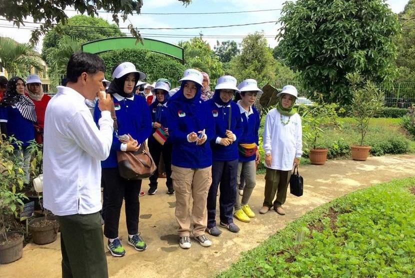 kunjungan istri walikota dari berbagai daerah di Indonesia yang sedang mengikuti ladies program dari acara Koordinasi Asosiasi Pemerintah Kota seluruh Indonesia (APEKSI) ke TSTPN