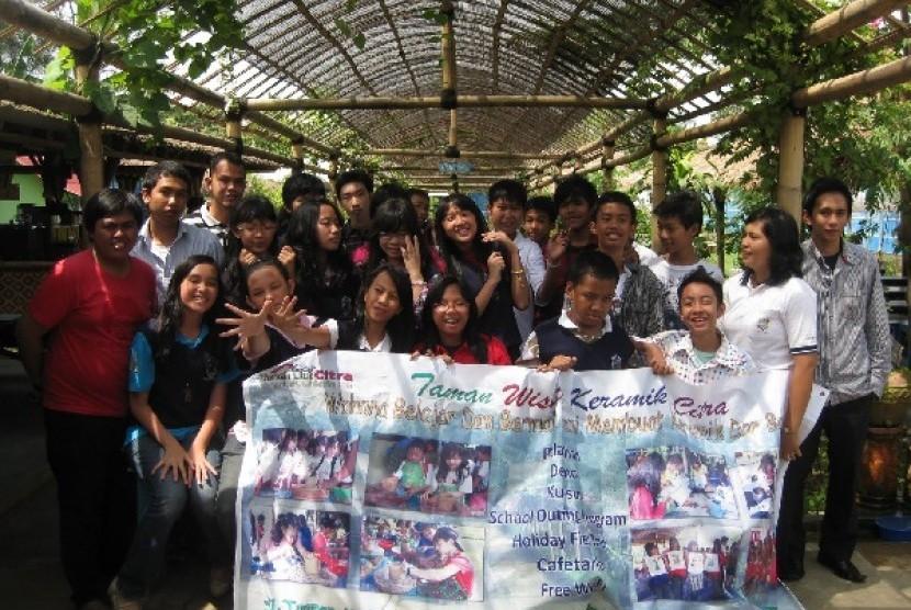 Kunjungan para siswa sekolah ke Rumah Tanah Liat Citra