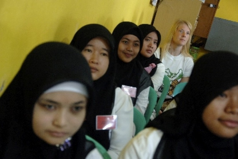 KUNJUNGI KAMPUNG BAHASA. Seorang ekspatriat duduk di belakang para siswa Basic English Course (BEC) di Pare, Kediri, Jawa Timur, Sabtu (16/6). Belasan eskpatriat dari Madagaskar, Meksiko dan Jepang berkunjung ke Pare - Kediri untuk mengetahui sistem pembal