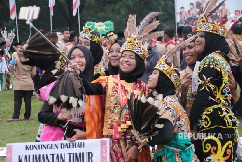 Kwarnas Gerakan Pramuka menggelar Upacara Sumpah Pemuda di Lapangan Kempi 2, Bumi Perkemahan Pramuka, Cibubur, Jakarta Timur, Sabtu (28/10).
