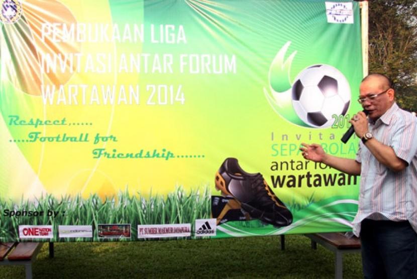 La Nyalla Mattalitti saat membuka Invitasi Sepakbola Antar Forum Wartawan.