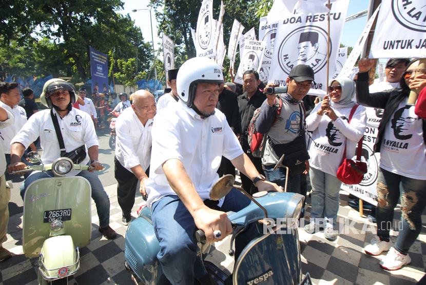 La Nyalla Mattalitti (tengah) mengendarai Vespa menuju kantor DPD Partai Demokrat Jatim di Jalan Raya Kertajaya Surabaya, Jawa Timur, Senin (17/7).