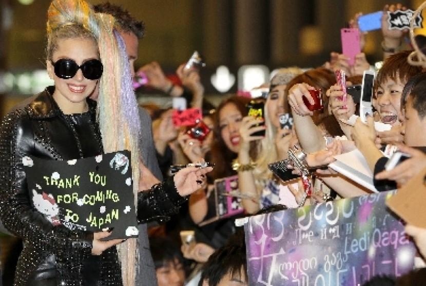 Lady Gaga saat tiba di Bandara Narita, Jepang.