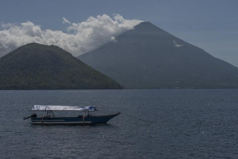 Lansekap Pulau Maitara (kiri) dan Pulau Tidore (kanan) dilihat dari Desa Fitu, Ternate Selatan, Maluku Utara.