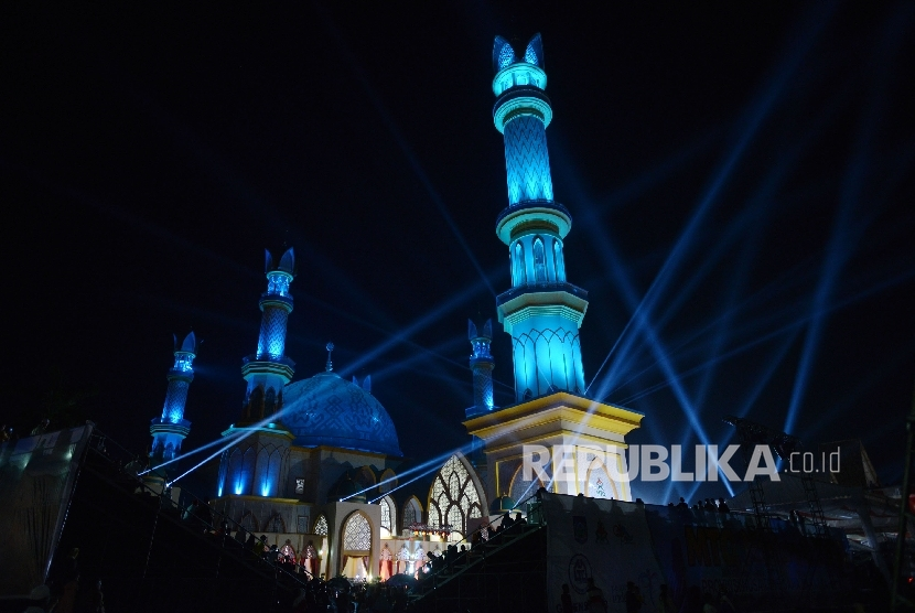 Lanskap Islamic Center Nusa Tenggara Barat (NTB) berdiri megah di kota Mataram, NTB, Kamis (28/7) malam.