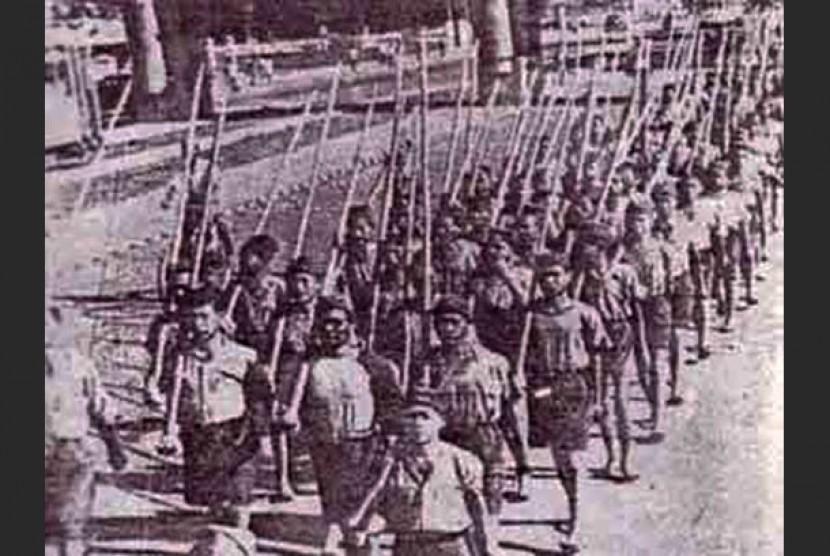 Lasykar bambu runcing di masa perang kemerdekaan.