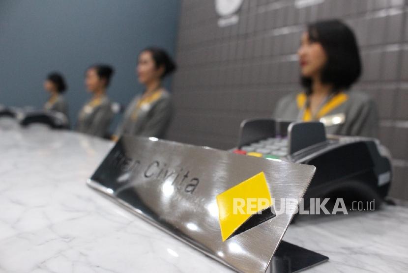 Layanan Digital. Petugas teller berjaga disalah satu Kantor cabang Bank Commonwealth di Jakarta, Kamis (12/10).
