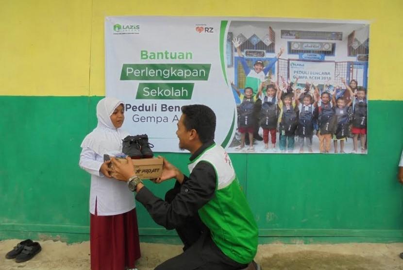 Lazis Jateng dan Rumah Zakat memberikan bantuan pendidikan untuk korban gempa Aceh.