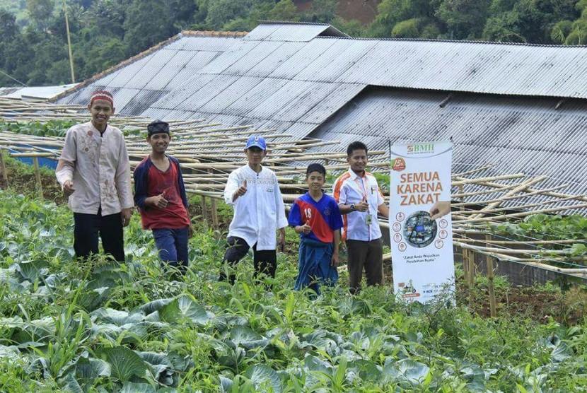 Laznas Baitul Maal Hidayatullah (BMH) Perwakilan Jabar bersama Pondok Pesantren Tahfidz Agropreneur menggulirkan Program Kemandirian Ekonomi Pesantren di Desa Cimanggu, Kecamatan Ngamprah, Kabupaten Bandung Barat.