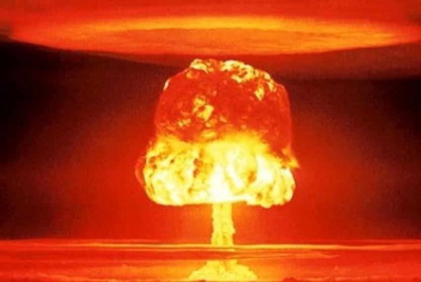 Ledakan akibat uji coba senjata nuklir di Pulau Bikini Atol, Pasifik.