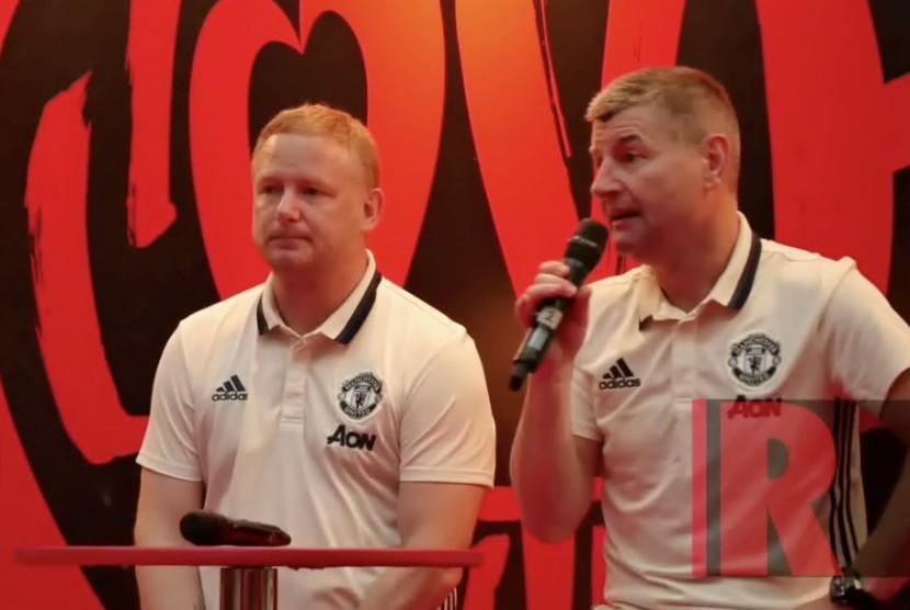 Legenda Manchester United, Denis Irwin (kanan) dan David May