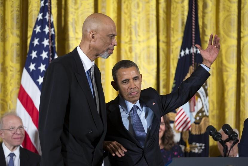 Legenda NBA, Kareem Abdul-Jabbar, ketika memperoleh penghargaan tertinggi dari negara untuk rakyat sipil, yaitu Medali Kebebasan Kepresidenan, dari Presiden AS Barack Obama, 22 Oktober 2016.