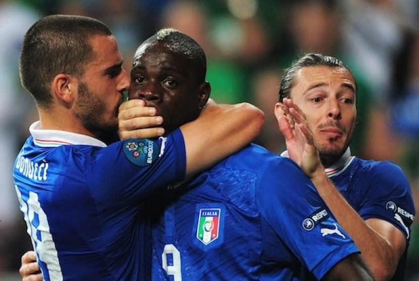 Leonardo Bonucci menutup mulut Balotelli setelah mencetak gol ke gawang Republik Irlandia