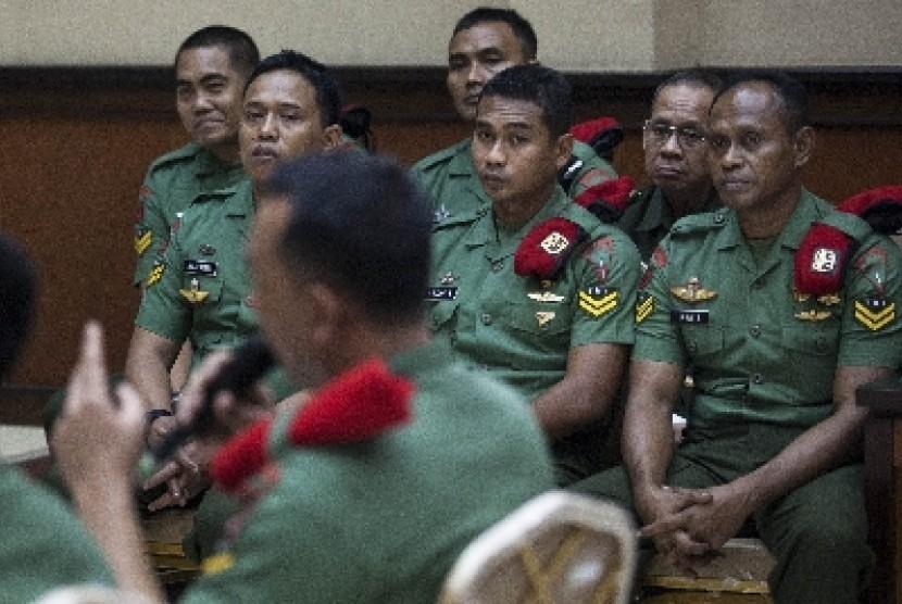 Lima anggota Kopassus Grup II Kandang Menjangan Kartasura terdakwa kasus Lapas Cebongan mendengarkan kesaksian dari Serda Sugeng Sumaryanto dalam sidang berkas 2 di Pengadilan Militer II-11 Yogyakarta, Bantul, Yogyakarta, Selasa (16/7). Dalam sidang berkas