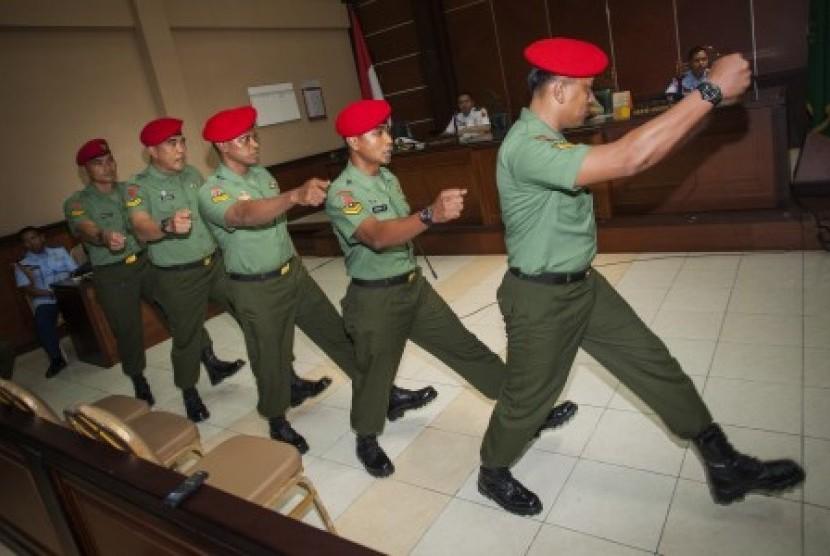 Lima dari 12 terdakwa anggota Kopassus Grup II Kandang Menjangan Kartasura yang terlibat kasus penyerangan tahanan Lapas 2B Cebongan menjalani sidang militer lanjutan di Pengadilan Militer II-11 Yogyakarta, Bantul, Yogyakarta, Senin (24/6).