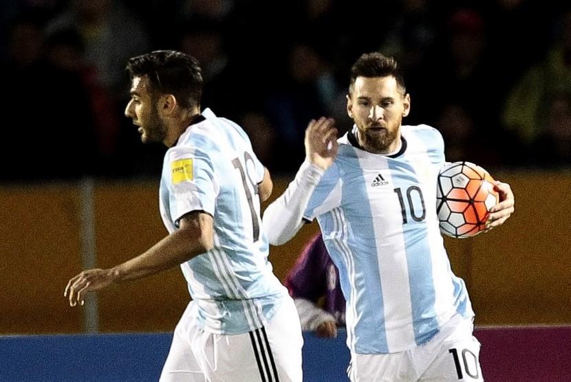Lionel Messi (kanan).