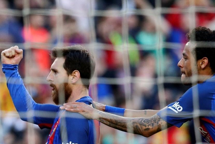 Lionel Messi (kiri) merayakan golnya ke gawang Villarreal bersama Neymar.