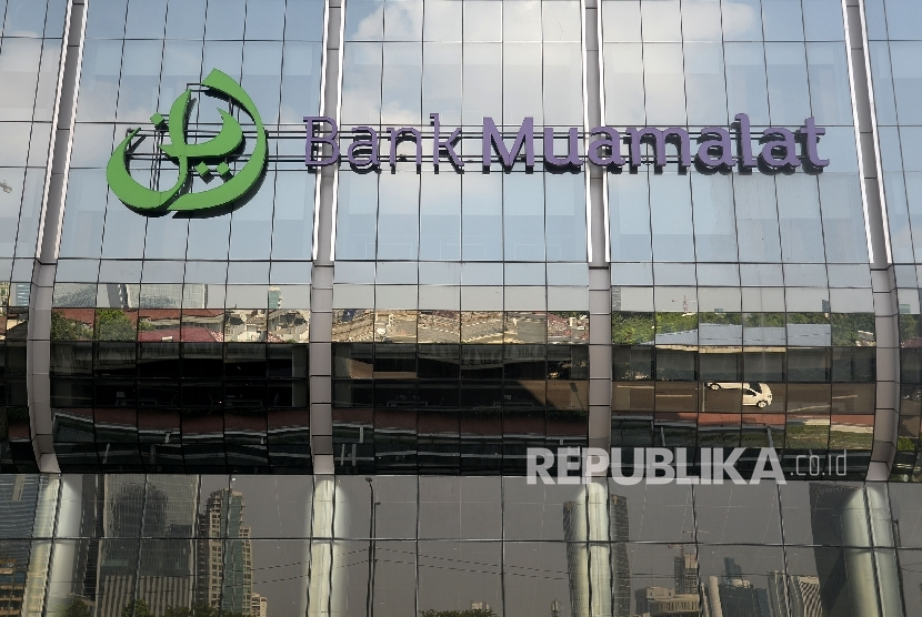 Logo besar Bank Muamalat terpasang di Muamalat tower, Kuningan, Jakarta.