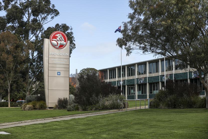 Logo Holden terpampang di luar pabriknya di kawasan Elizabeth, Australia Selatan.