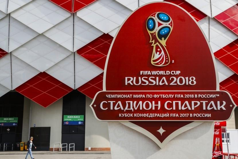 Logo Piala Dunia 2018 yang digelar di Rusia. Piala Dunia di Rusia digelar di 12 kota yakni Moscow, Kaliningrad, Kazan, Krasnodar, Sochi, Nizhny Novgorod, Rostov-on-Don, St. Petersburg, Samara, Saransk, Volgograd, Yaroslavl, dan Yekaterinburg.